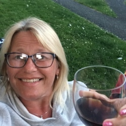 Nichola is looking for singles for a date